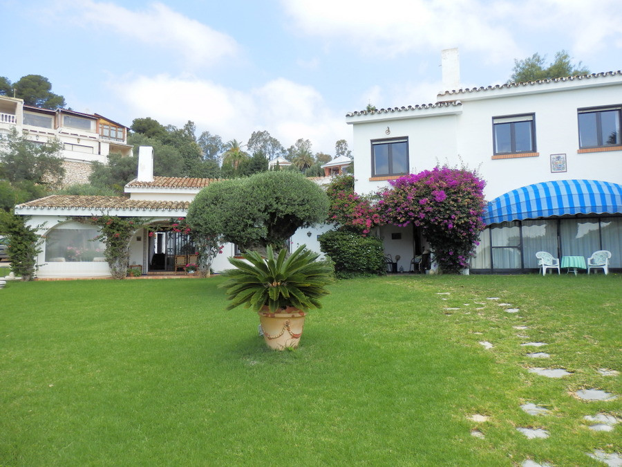 Beautiful villa with 4 bedrooms, 4 bathrooms, 1 en suite and 1 toilet, terrace, with 1,981 m2 plot, , Spain