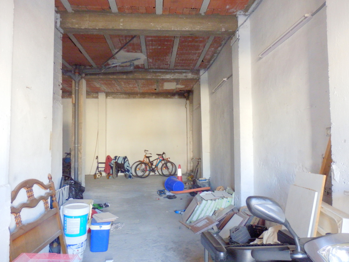 Commercial premises in Fuengirola center.  Has 1 bathroom, and an office. 2 separate entrances. Spac,Spain