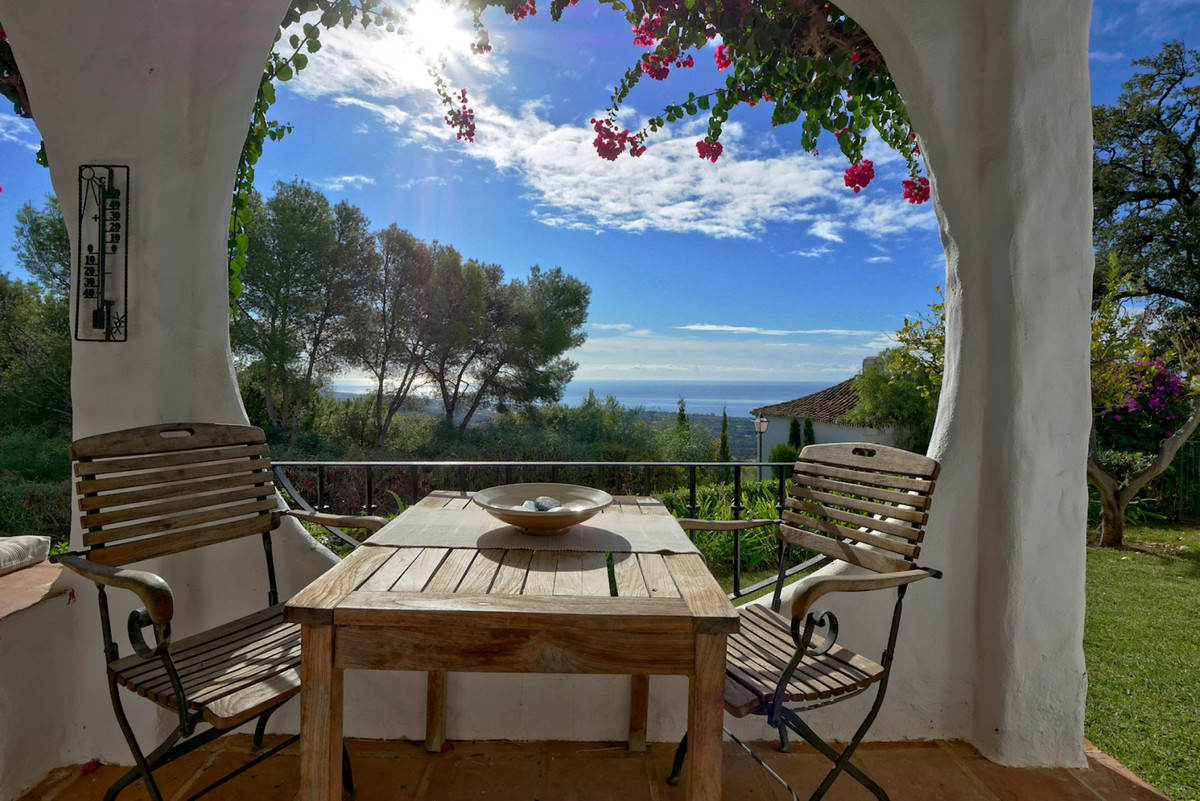 This is a super corner house in an Andalusian style complex located in Altos de Los Monteros, a top ,Spain