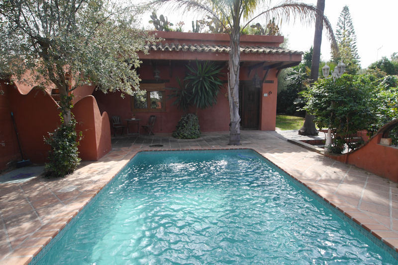 A charming villa for sale in El Rosario with your own pool in nice gardens.  The property is around ,Spain