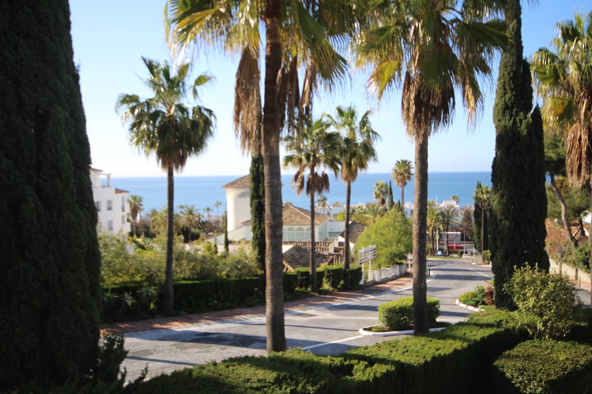 Now reduced for quick sale! Investment! Fabulous townhouse with sea views located in lower Miraflore,Spain