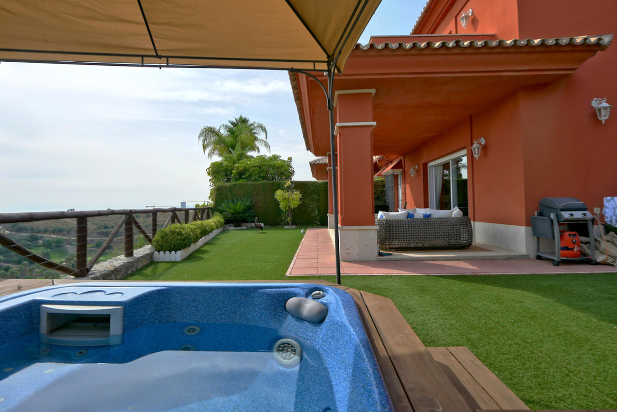 First line of golf in this fantastic semi-detached house located in the known urbanization of Santa ,Spain