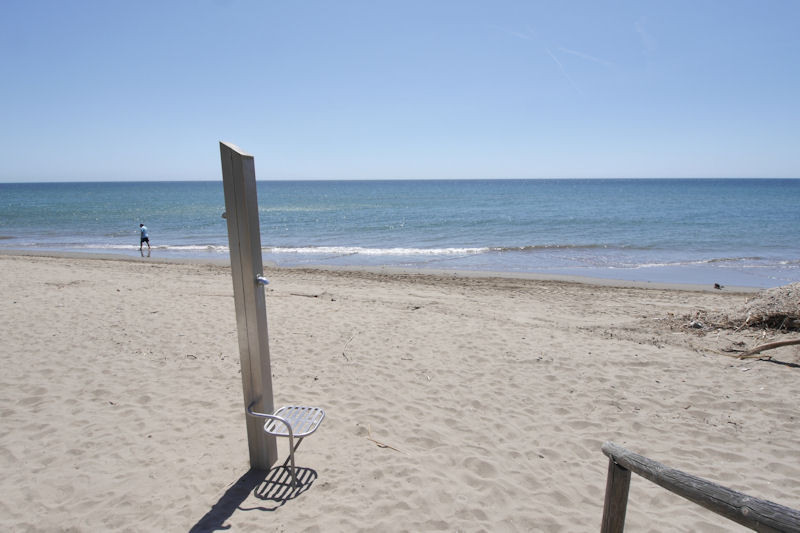 Incredible location is just 2 minutes walk from the beach. Some of the best in Marbella. Urbanizatio, Spain