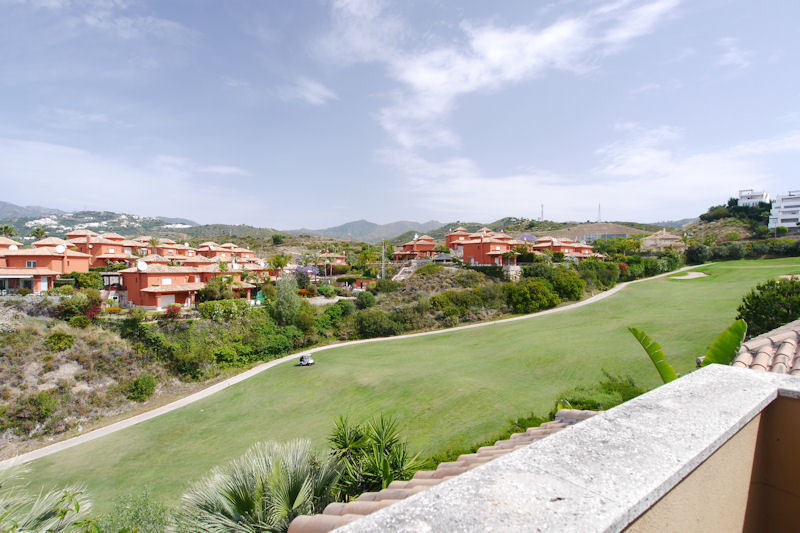 Front line golf !!!!! Beautiful semi-detached garage located in the well known urbanization of Santa, Spain