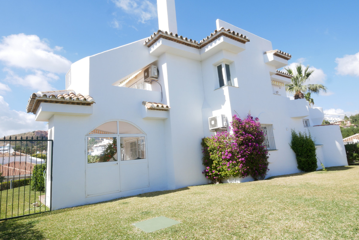 Beautiful townhouse with 2 bedrooms, 2 bathrooms in Calahonda. Main floor consists of kitchen, fully, Spain