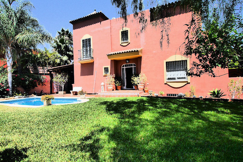 Beautiful and spacious semi-detached villa in Marbella very close to the Golf Course of Rio Real and, Spain