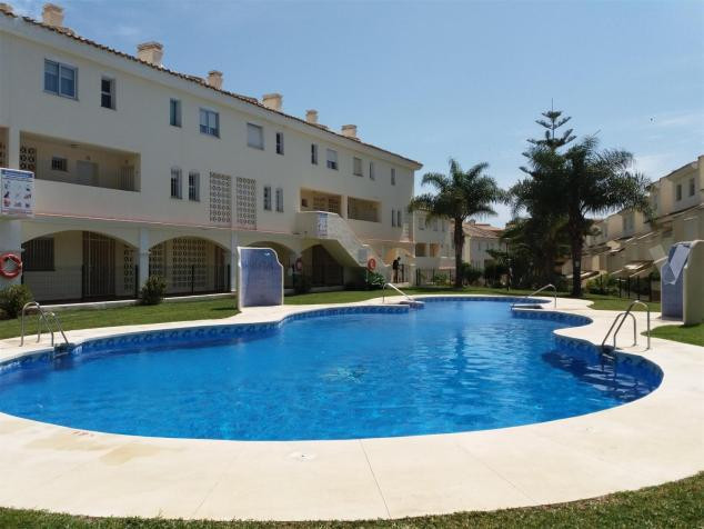 Nice apartment located in the lower part of Calahonda surrounded by all services.  You can walk to t, Spain