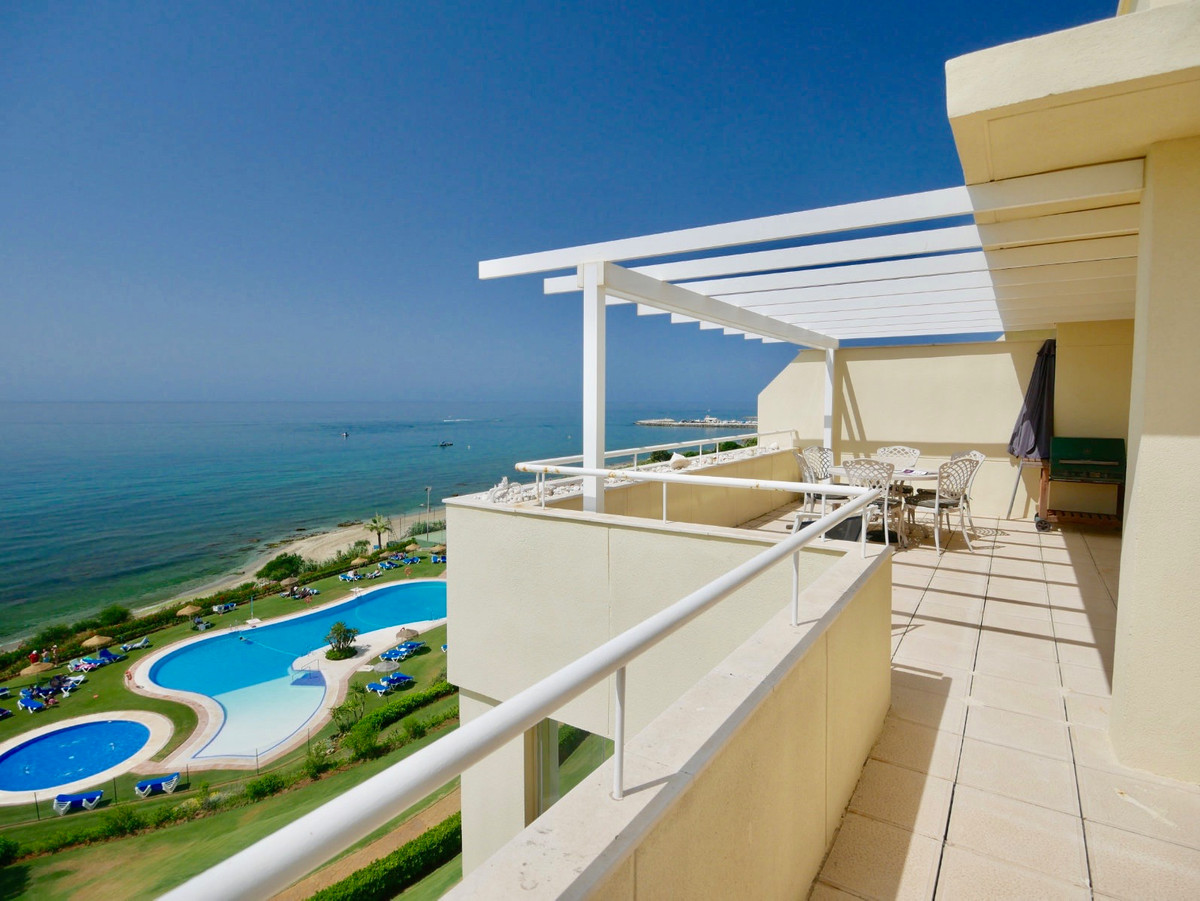 A luxury penthouse in one of the best frontline beach complexes in Marbella. Just a few minutes walk, Spain