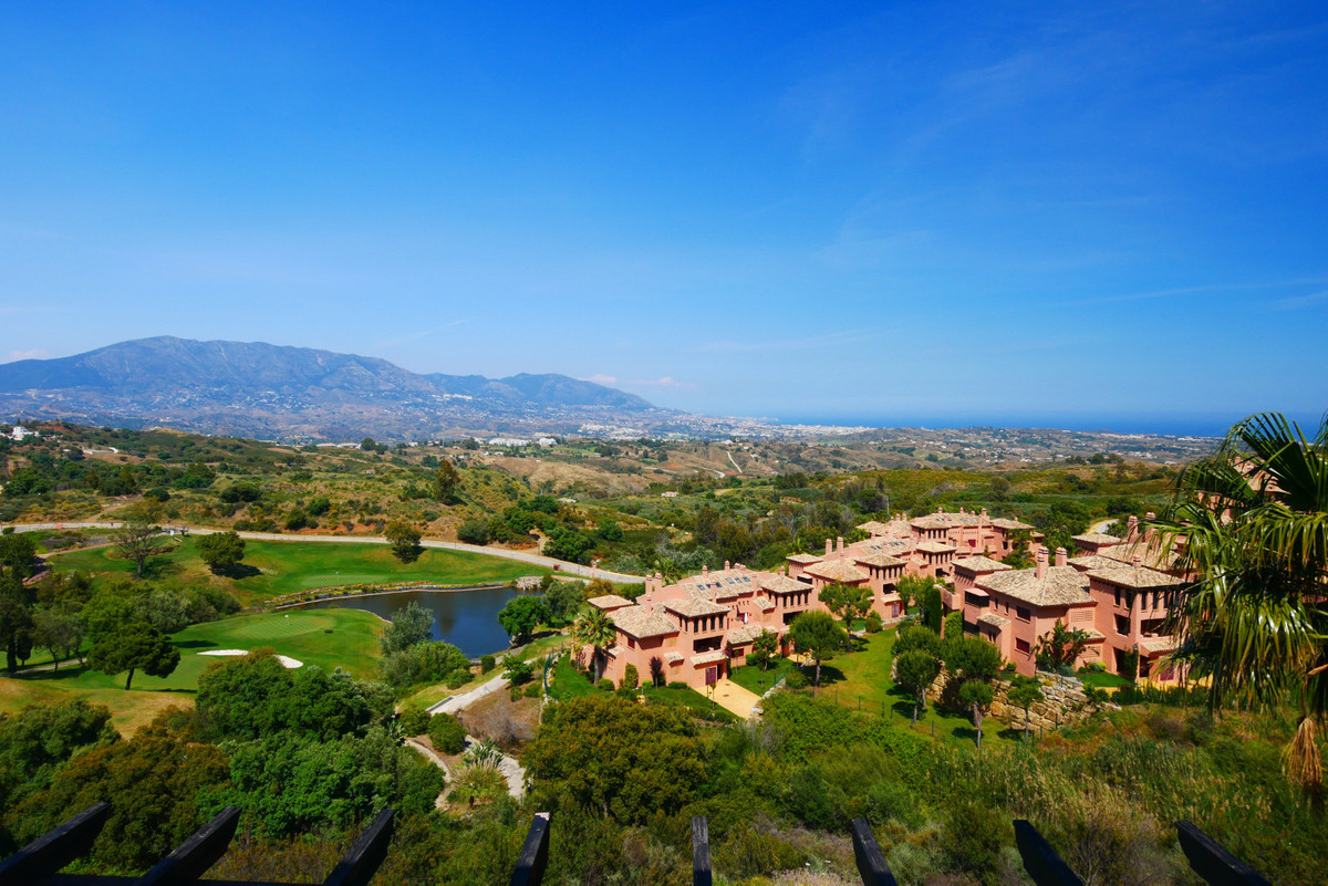 This is a really good opportunity to buy a substantial, luxury penthouse in a really beautiful compl, Spain