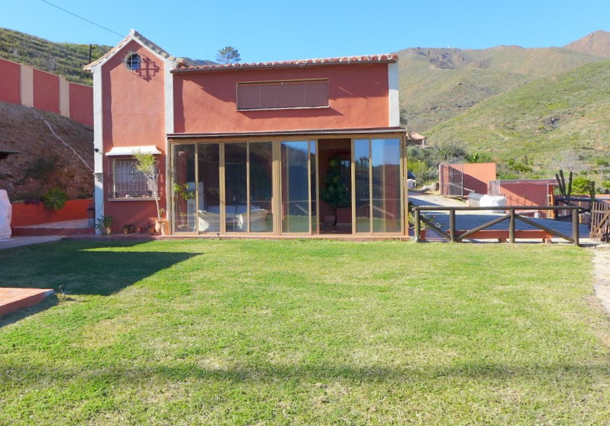INCREDIBLE OPPORTUNITY!!!!!!!!  BEAUTIFUL COUNTRY HOUSE  is in a very quiet and peaceful location,   Spain