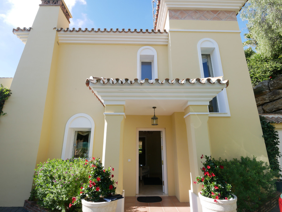 This is a great sunny & private villa in excellent condition in Calahonda just a short walk from,Spain