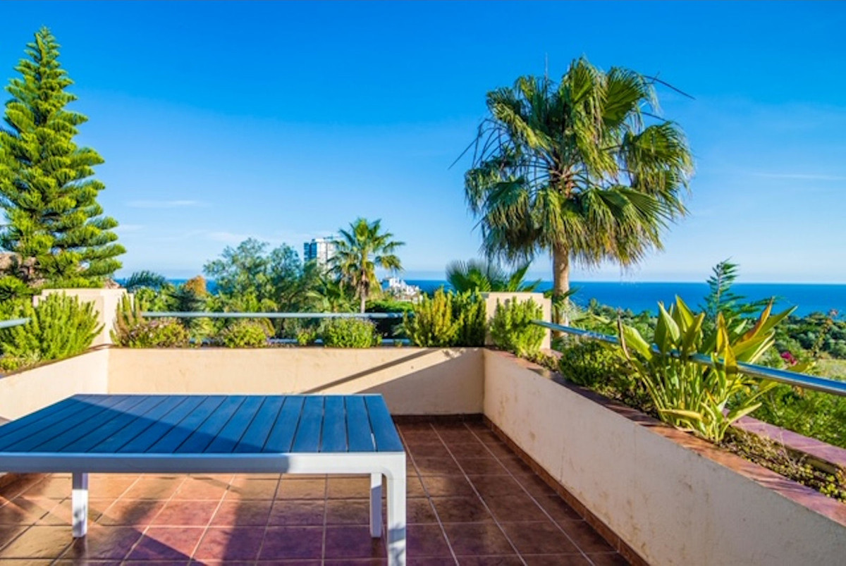 Beautiful detached villa with sea views on the upper floor, Realized with good qualities, wide and l,Spain