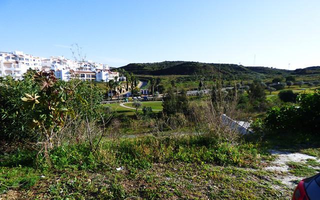 This 643m2 flat and superbly priced residential plot has fantastic golf and mountain views and is in,Spain