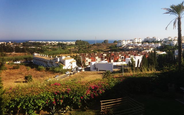 Excellent corner apartment with three bedrooms and two bathrooms in the charming village of Selwo, c,Spain