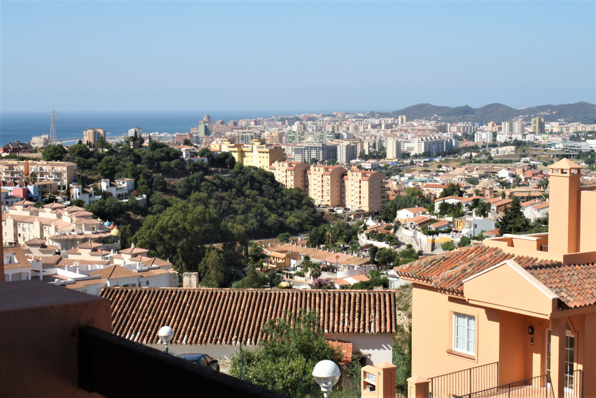 Attractivlely priced luxury top floor apartment with 3 bedrooms and 2 bathrooms at Fuengirola Hills ,Spain