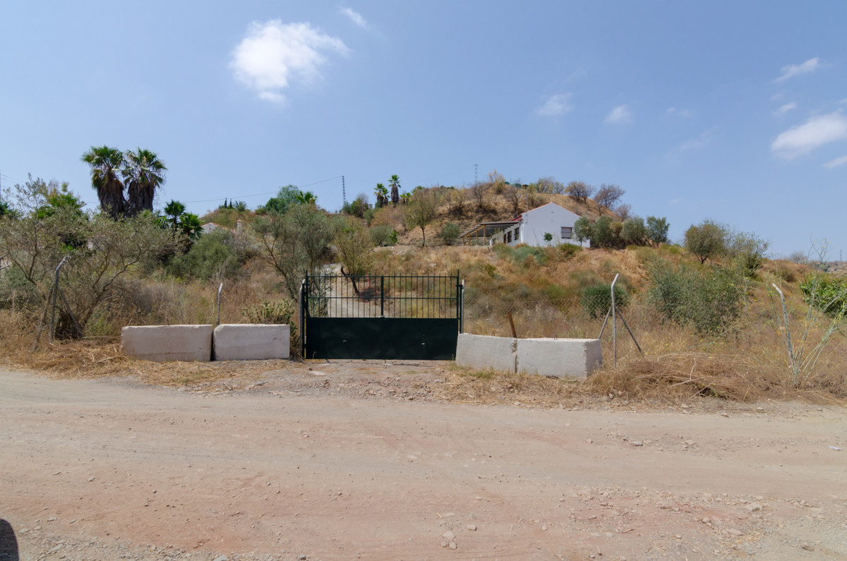 Nice house with flat terrain with possibilities. Quiet area between trees and nature, few neighbors,,Spain