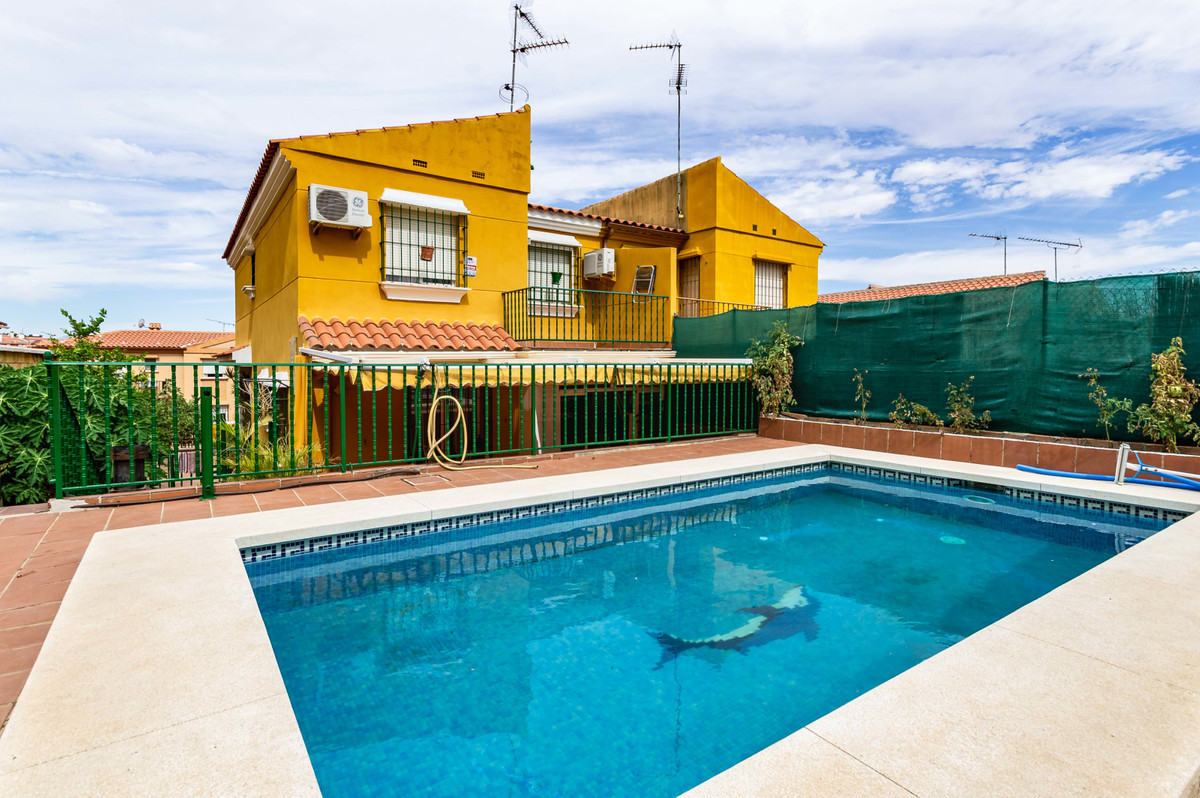 Beautiful and spacious semi-detached house in Cortijo del Sol in Alhaurin de la Torre looking for a , Spain