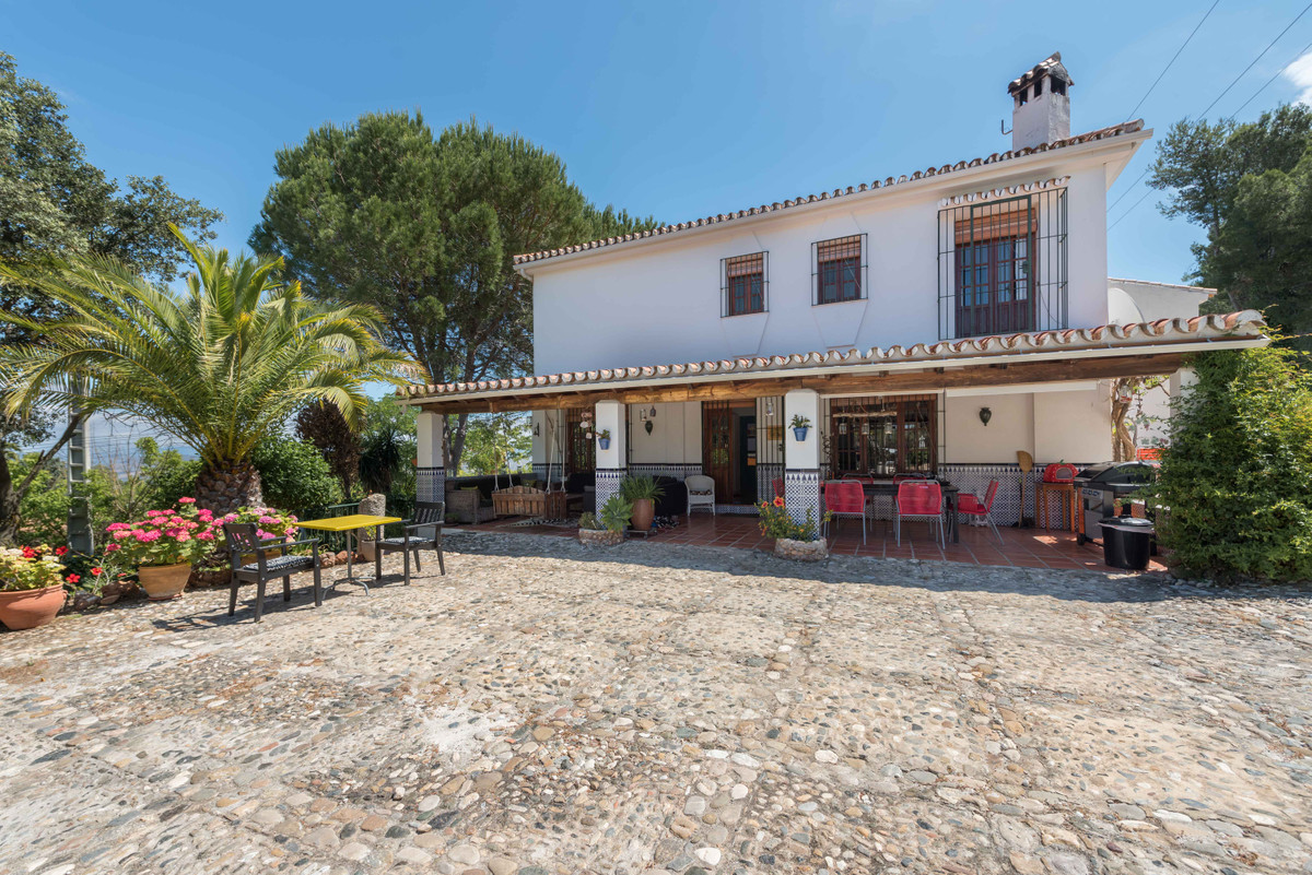 This beautiful and extremly spacious Andalusian property will make you fall in love with it. Extreme, Spain