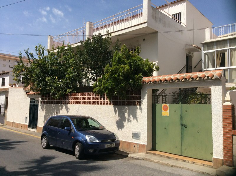 Villa-House in Los Boliches, to reform. Great location next to all services. Interesting as an inves,Spain