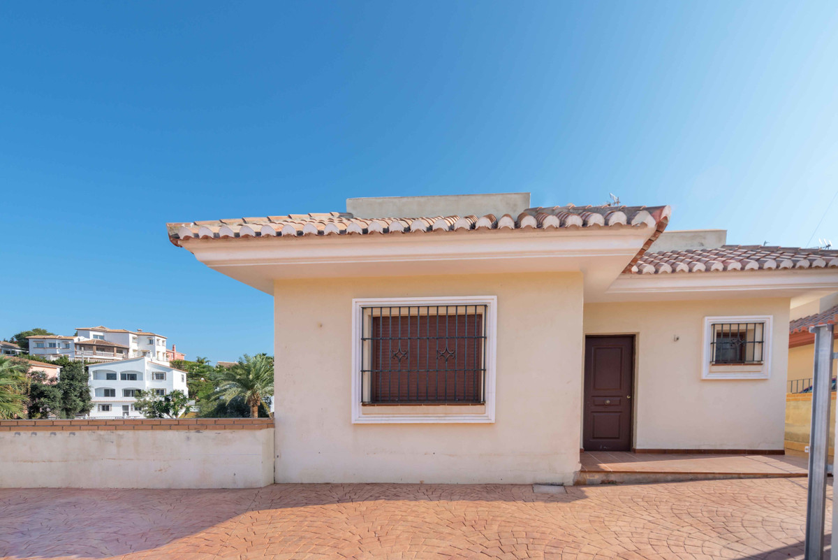 Do not miss this opportunity to use this wonderful villa with sea views and just 400 meters from the, Spain