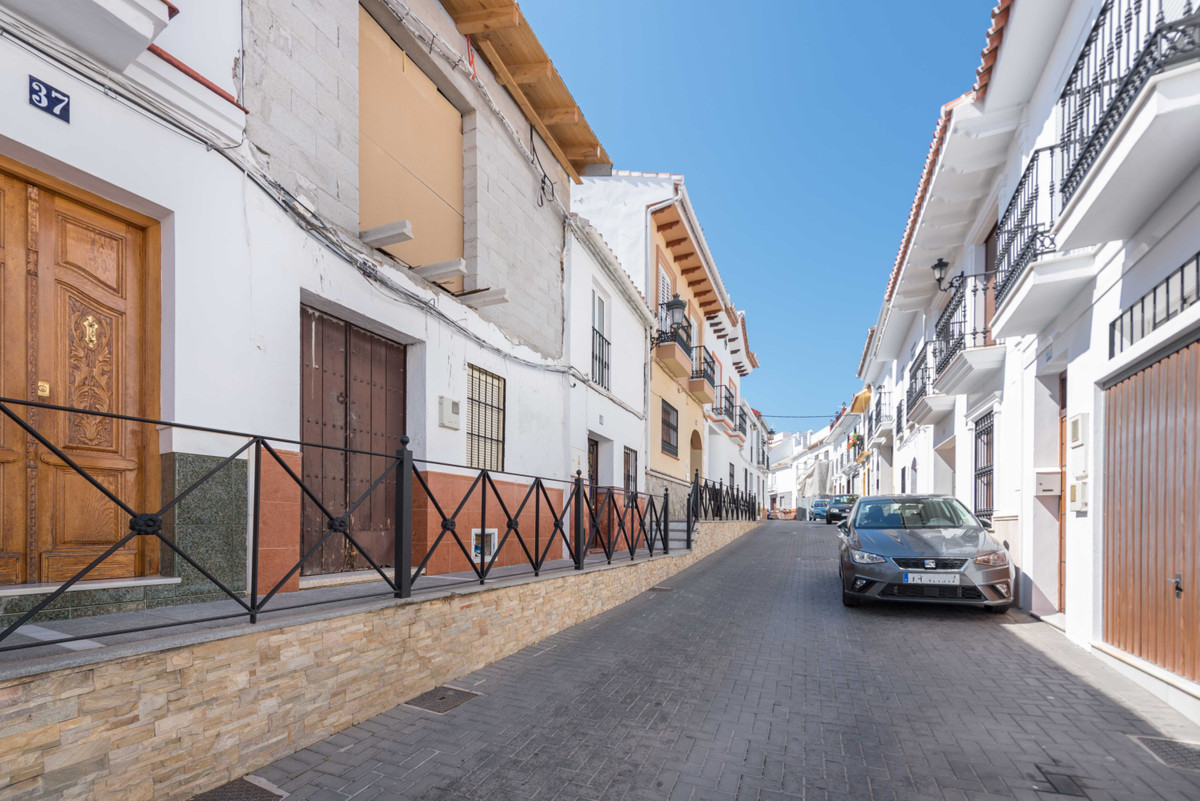 Alhaurin El Grande is a lively town located in the Province of Malaga in the beautiul valley of Guad,Spain