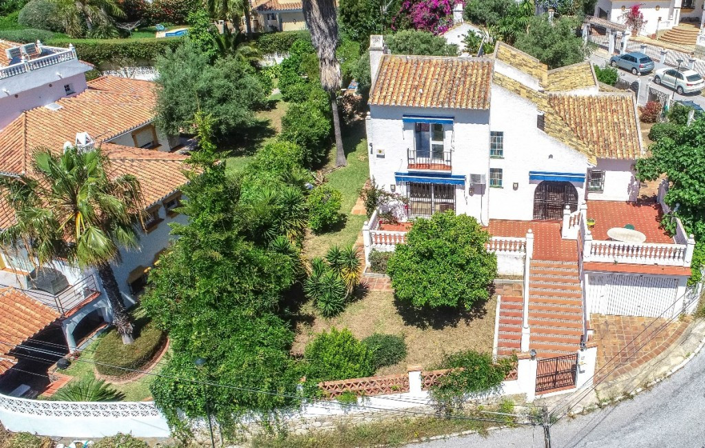 Beautiful Villa built on a corner plot in a quiet, safe area located below the picturesque town of B,Spain