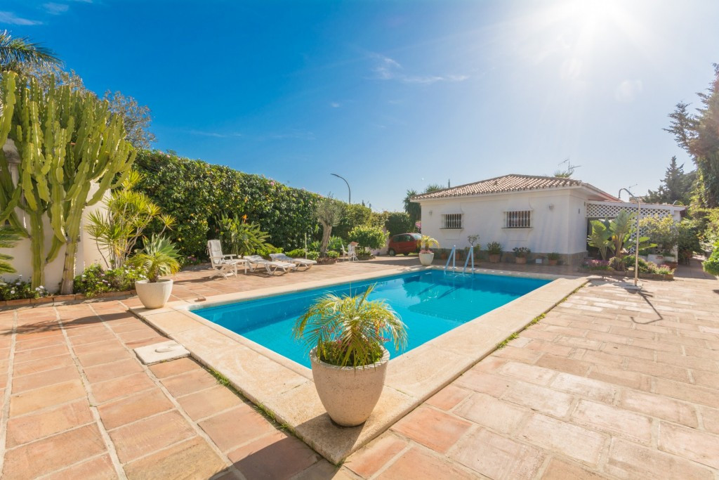 Large Villa on one floor close to all amenities and transport.  It is distributed as follows: Entran, Spain