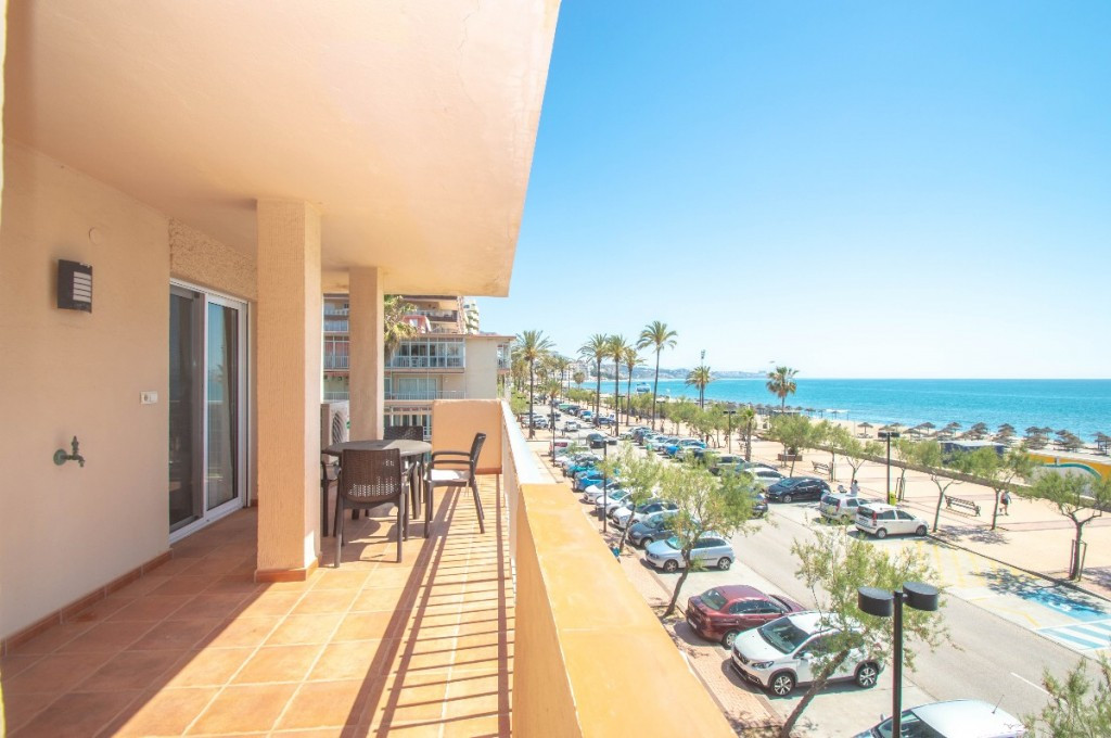 Beautiful and spacious apartment fully furnished and renovated located facing the sea on the Paseo M,Spain
