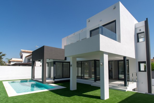 Luxury Villa in LA CALA DE MIJAS frontline Golf course, close to the beach and all amenities.  It is, Spain