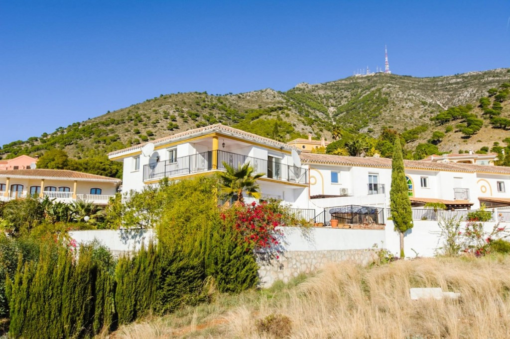 A detached 4 bedroom townhouse in Mijas..  The spacious property in a gated community has fantastic ,Spain