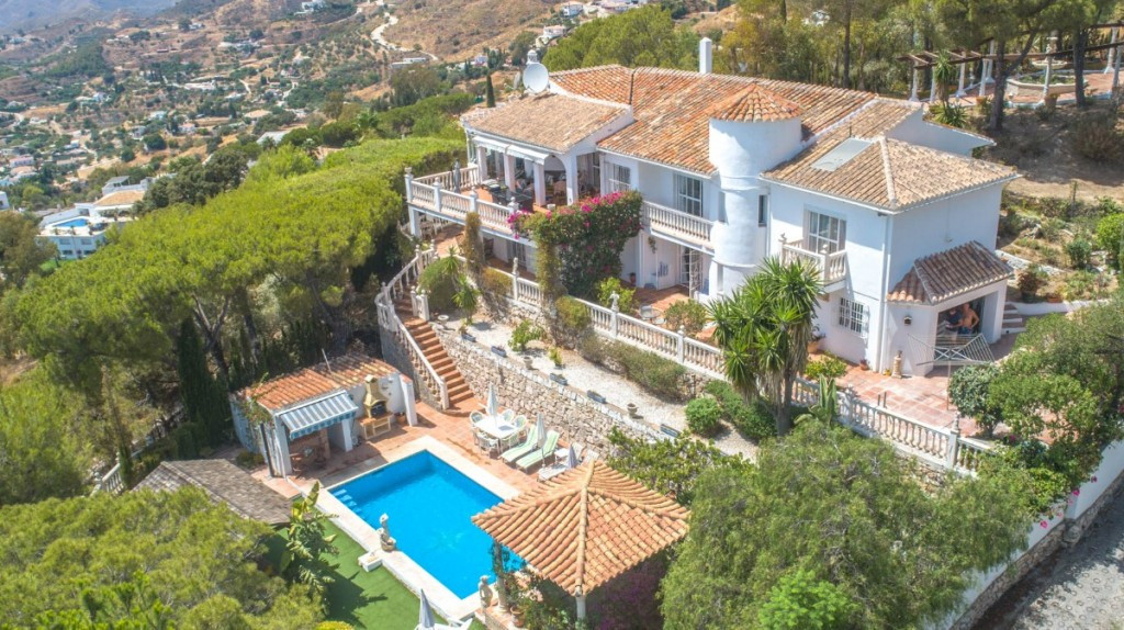 Highly Recommended !!! Price reduction from 825.000€ to 795.000€  Exceptional Villa located in Mijas, Spain