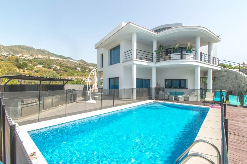 Opportunity!  Modern and spacious Villa with adjoining urban plot included in the price with project, Spain