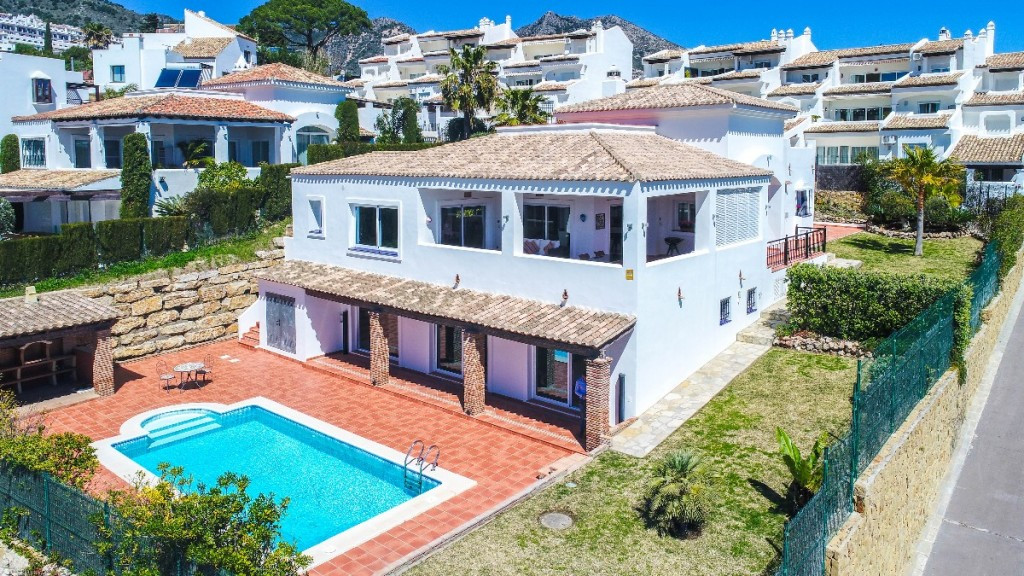Modern Villa with guest apartment located in the exclusive urbanization of Casablanca between Benalm,Spain