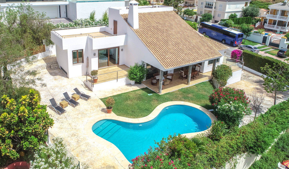 Just reduced from 995.000€ to 870.000€!!!  Excellent and modern designed Villa located less than 500, Spain