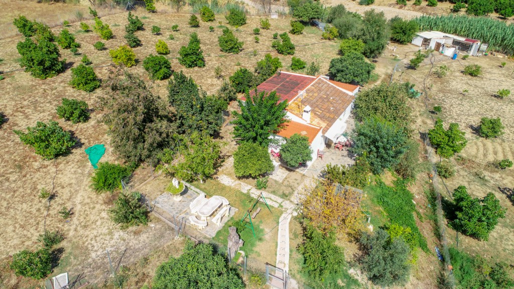Finca in Alhaurin de la Torre with a large plot just 5 minutes from Town.  It is distributed as foll, Spain
