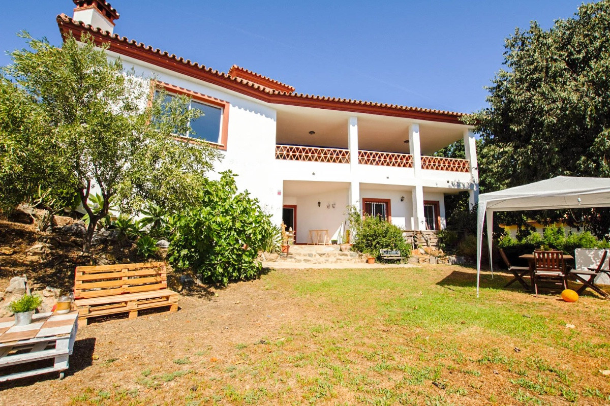 NEWLY REDUCED PRICE FOR A QUICK SALE  A 5 bedroom Villa with fantastic panoramic views in Benalmaden,Spain
