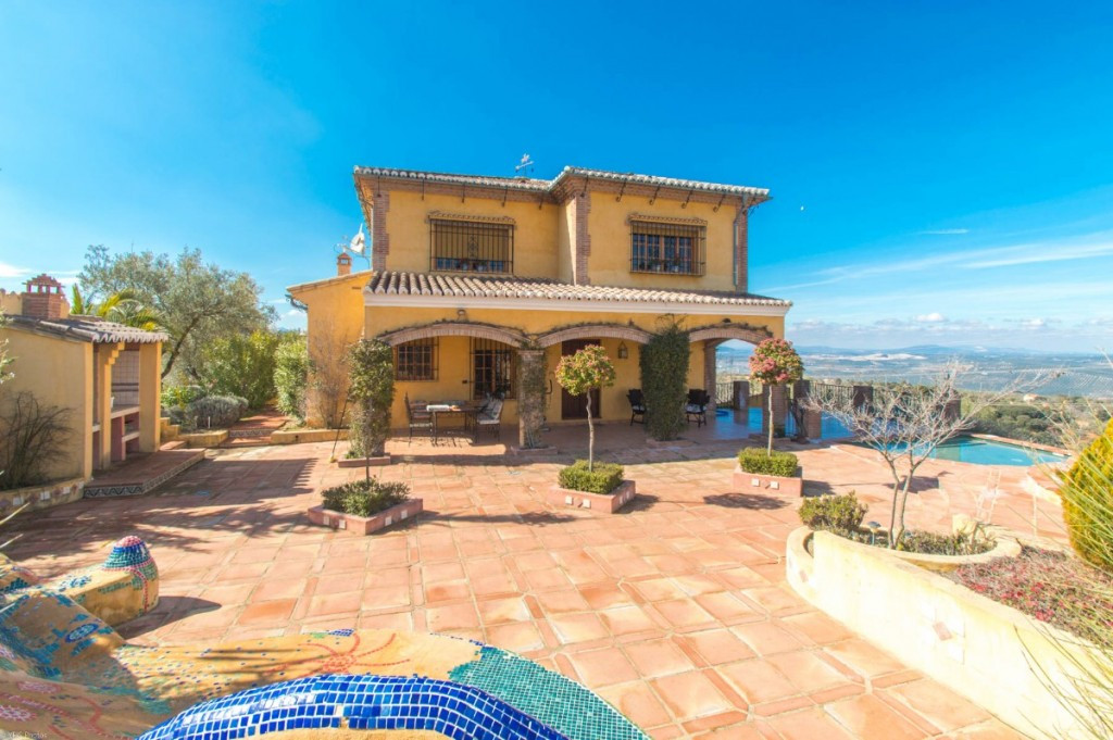 Beautiful Finca with panoramic views and very large warehouse located a short distance from the town, Spain