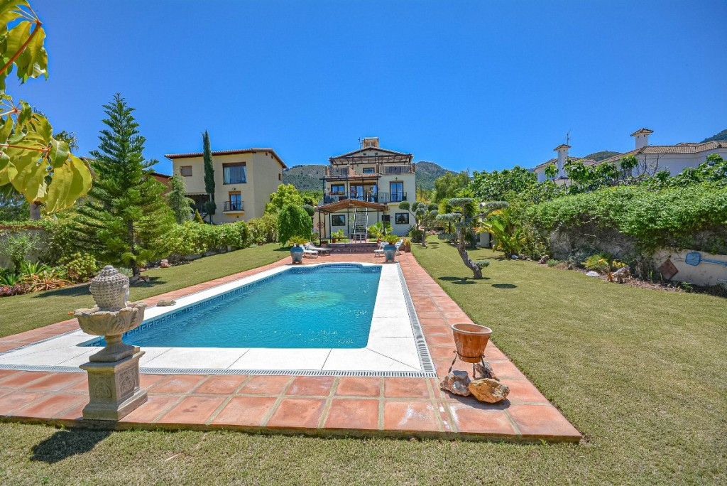 Beautiful Villa with panoramic views, independent apartment and wonderful garden located in a reside, Spain