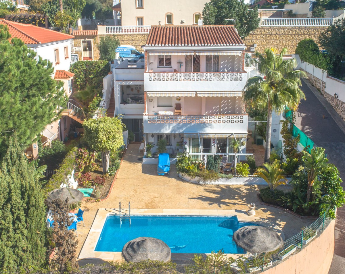 Excellent investment!  Opportunity to buy a Villa with 3 apartments easy to rent with private pool. ,Spain
