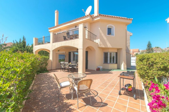 Opportunity!!  Beautiful semi-detached Villa located in a gated community with paddle tennis and foo, Spain