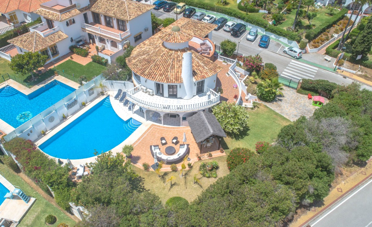 Wonderful and spacious Villa with separate apartment, situated in a secure and quiet area within 10 ,Spain