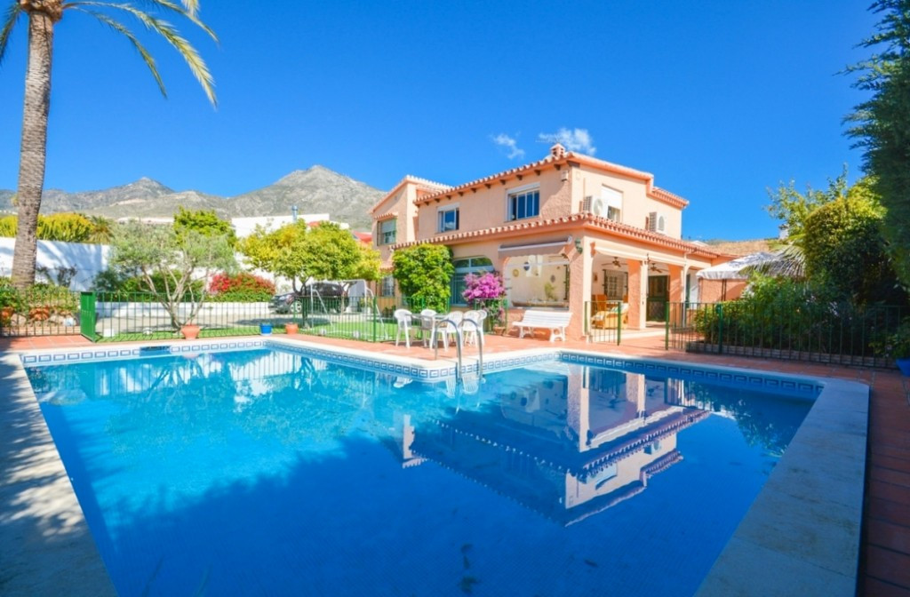 Large Villa in Monte Alto close to all amenities and 100% privacy..  It is distributed in 2 floors a,Spain