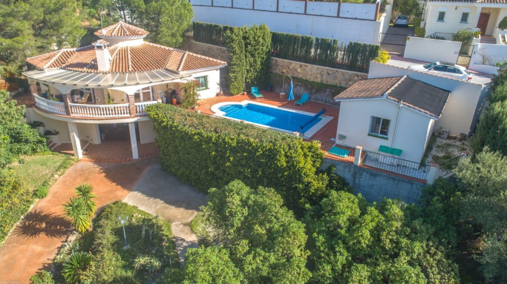 Beautiful Villa on one floor with accommodation for guests, beautiful views and large garage, locate,Spain