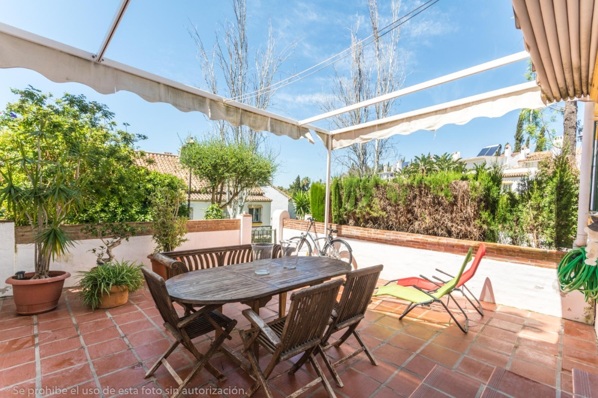 Beautiful completely renovated Townhouse in el Coto close to amenities.  It is distributed in 3 floo, Spain