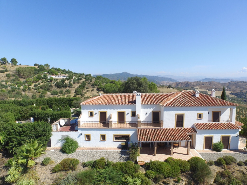 LICENSED HOTEL RURAL WITH PANORAMIC VIEWS AND JUST 2KM FROM CASARABONELA WITH ASPHALT ACCESS!! Beaut, Spain