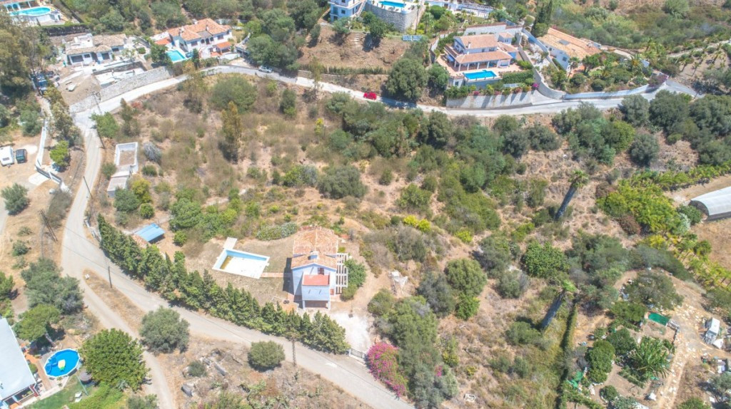 Opportunity!!  Plot of 6,000m2 being able to segregate into 3 parts to build 3 Villas located betwee, Spain