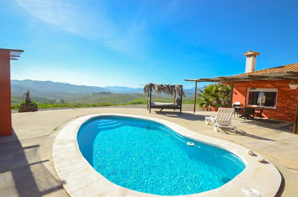 Finca with panoramic views!!  It is distributed in a single plant as follows: Living room, kitchen o Spain