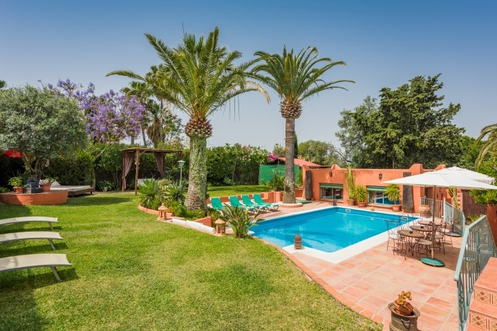 Charming Bed & Breakfasr fro sale situated very close to the sea, next to the entrance of the to, Spain