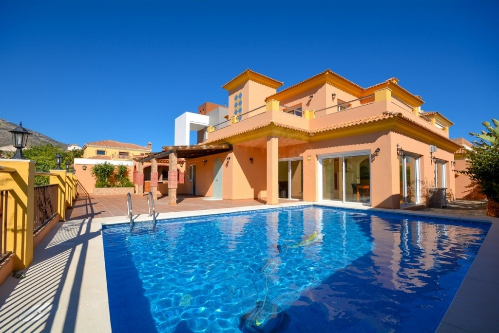 Recent reduction for a quick sale from 825.000€ to 725.000€.  Beautiful Villa in Torrequebrada close, Spain