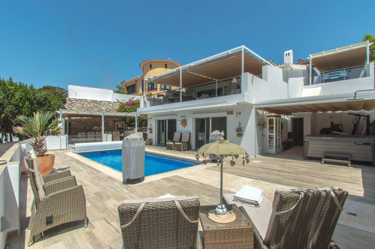 Wonderful Villa with modern style and recently totally renovated with very good taste, very well loc, Spain